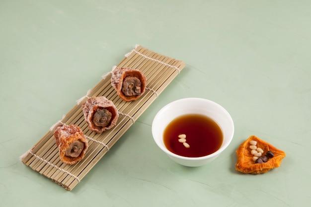 Sujeonggwa - koreaanse punch met kaneel en gedroogde dadelpruimen.