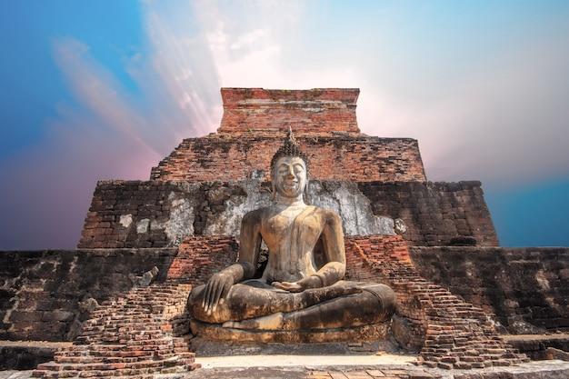 Sukhothai wat mahathat boeddha silhouet van groot boeddhabeeld in ruïne tempel