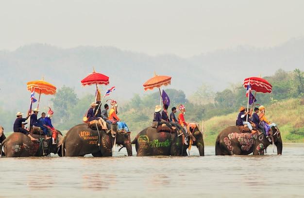 Sukhuthai, thailand-april 7: songkran-festival, een ceremonie van niet-geïdentificeerde jongens in het district srisatchanalai om beginnende monnik te worden