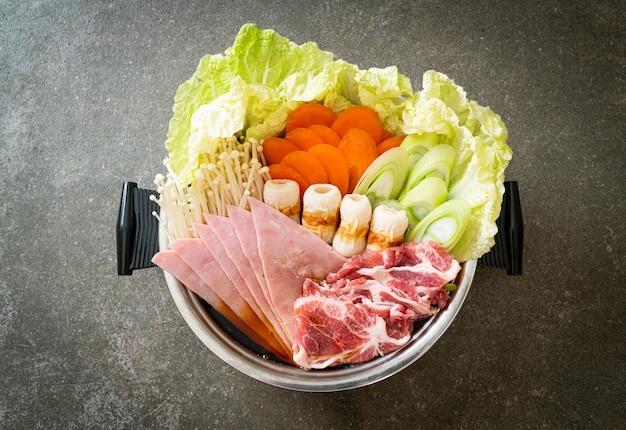 Sukiyaki of shabu hete pot zwarte soep met rauw en plantaardig vlees - japanse eetstijl