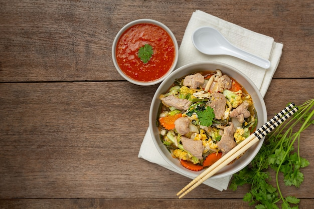 Sukiyaki varkensvlees geserveerd met suki pikante saus
