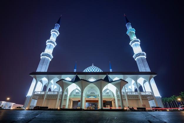 Sultan salahudin abdul aziz shah-moskee 's nachts in shah alam, maleisië.