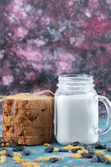 Sultana taart geserveerd met een potje melk.