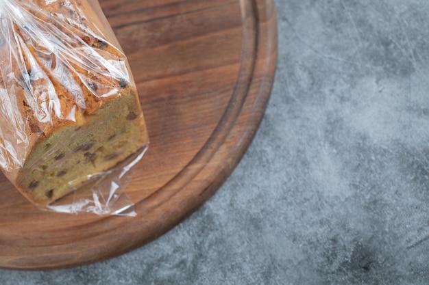 Sultana-taart omwikkeld met een rekfolie
