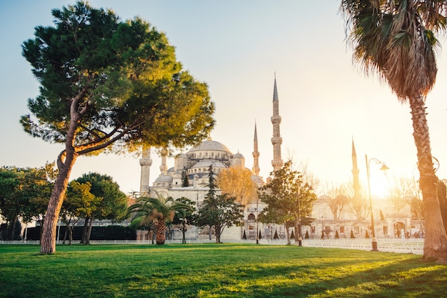 Sultanahmet blauwe moskee bij zonsondergang, istanbul, turkije