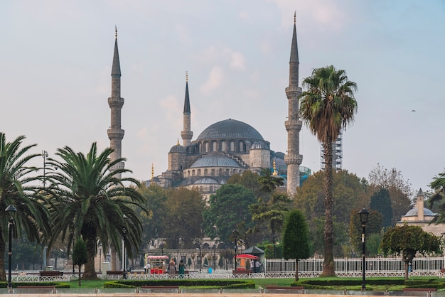 Sultanahmet camii of blauwe moskee op zonsopgang uitzicht vanaf het sultan ahmet park in istanbul, turkije. reisbestemming