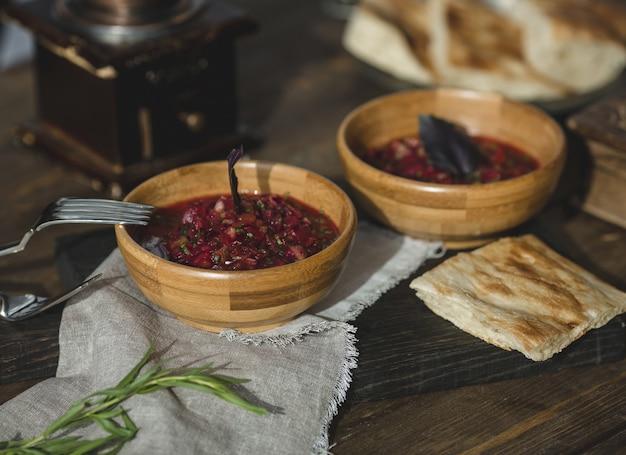 Sumakh bamboekommen met kruiden en specerijen