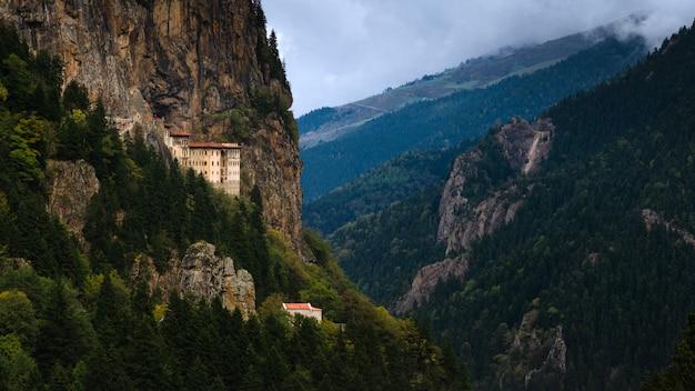 Sumela-klooster een van de meest indrukwekkende bezienswaardigheden in de hele regio van de zwarte zee, in de vallei van altindere, provincie trabzon, turkije.