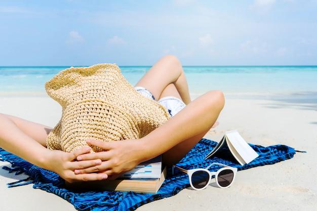 Summer beach holiday woman ontspannen op het strand in vrije tijd.