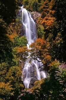 Sunantha waterval met herfstboom in de provincie nakhon si thammarat