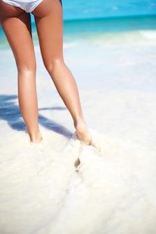 Sunbathed meisje met perfecte figuur uitgevoerd in zomer strand zee