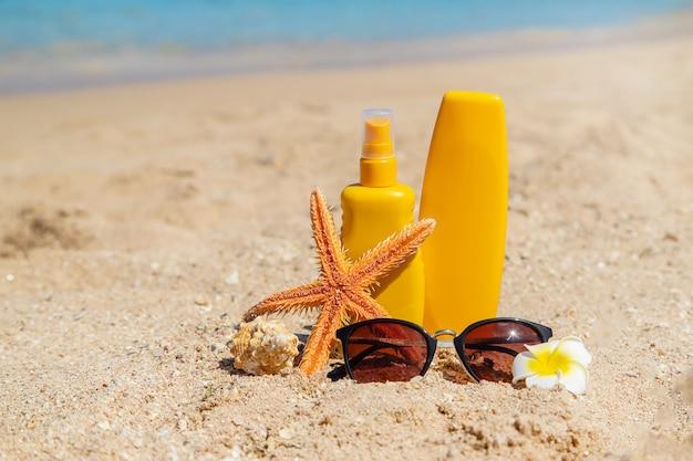 Sunblock op het strand. zon bescherming. selectieve aandacht.