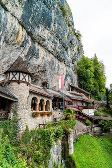 Sundlauenen, zwitserland - 25 augustus 2018: entreegebouw aan de st. beatues-grotten in het kanton bern, zwitserland