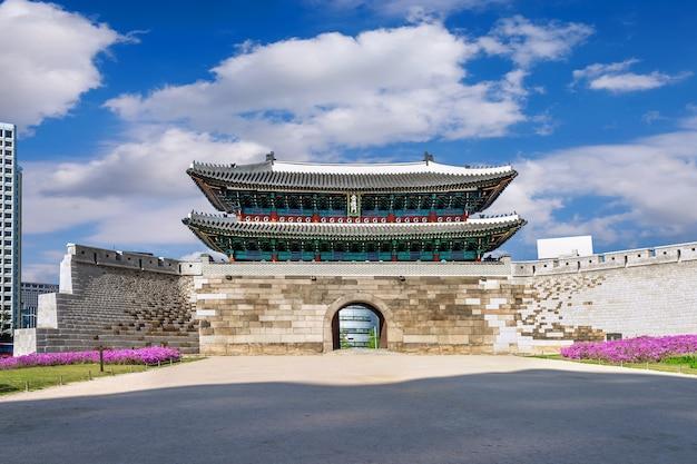 Sungnyemun-poort (namdaemun-markt) in seoel, zuid-korea