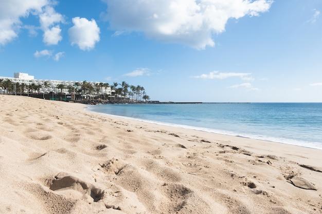 Sunny beach in, costa teguise, lanzarote, canarische eilanden, spanje.