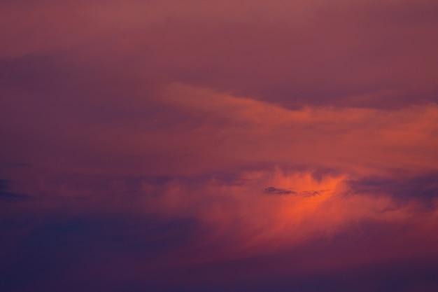 Sunset sky roze licht met mooie wolken.