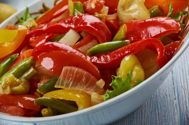 Suoman gush siz, heerlijk gerecht van groenten, paprika's. oeigoerse keuken, azië traditionele geassorteerde gerechten, bovenaanzicht