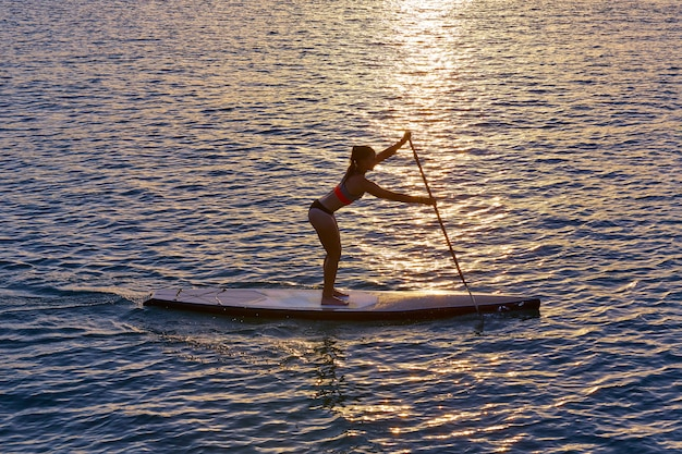 Sup opstaan surf meisje met peddel