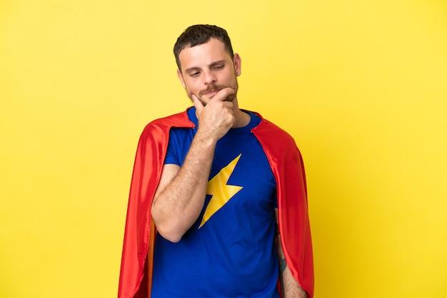 Super held braziliaanse man geïsoleerd op gele achtergrond op zoek naar de kant