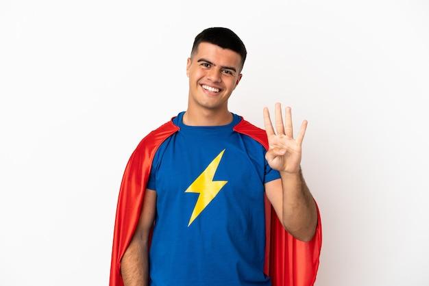 Super held over geïsoleerde witte achtergrond gelukkig en vier tellen met vingers