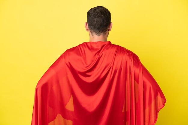 Super hero braziliaanse man geïsoleerd op gele achtergrond in achterpositie