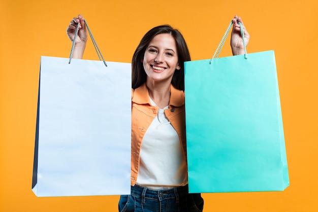 Super opgewonden vrouw boodschappentassen te houden