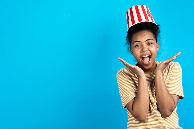 Super opgewonden vrouw poseren met popcorn emmer