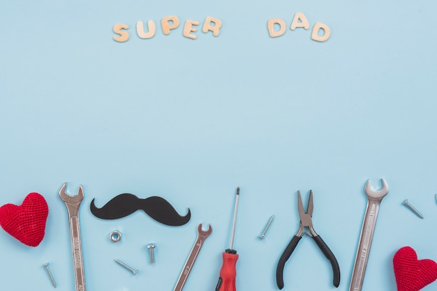 Super papa inscriptie met gereedschap en snor