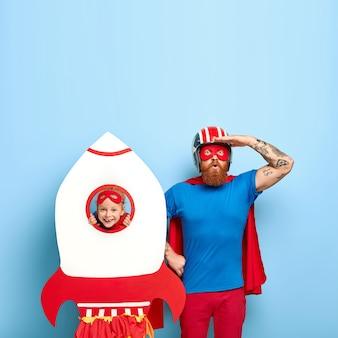 Super vader draagt masker