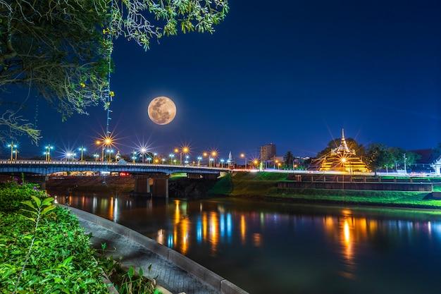 Super volle maan boven de pagode op de tempel dat is een toeristische attractie
