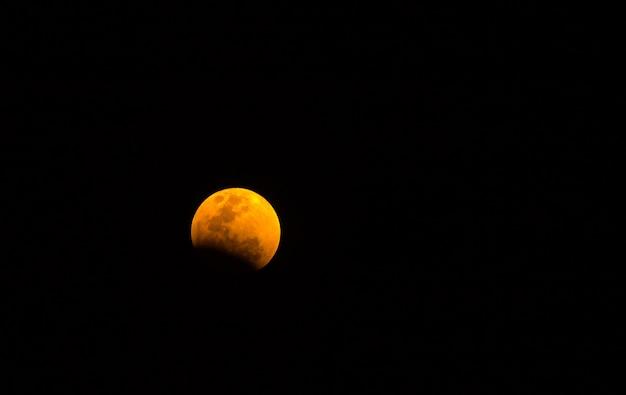 Super volle maan in de nachtelijke hemel, blauwe maan of volle maan op maansverduistering bloederige maanfestival