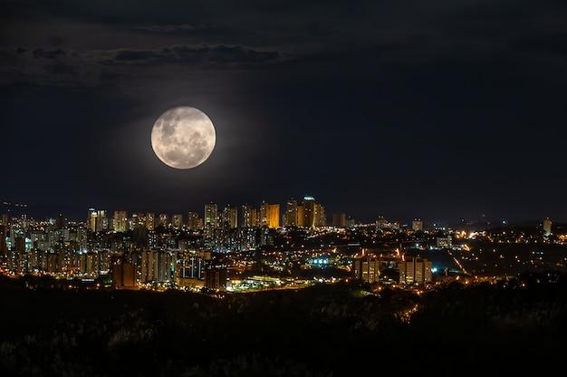Super volle maan over de stad ribeirao preto in de nacht