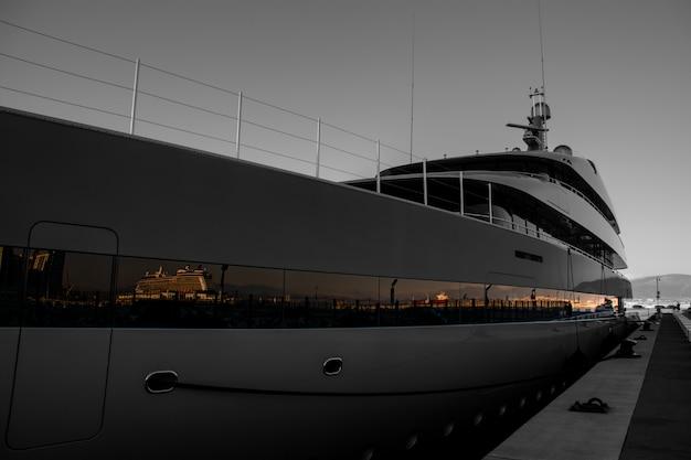 Super yatch bij de jachthaven van gibraltar