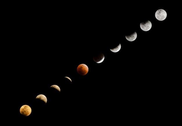 Superbloedmaan in rode kleur en maansverduistering in verschillende uitdrukkingen op heldere donkere hemel
