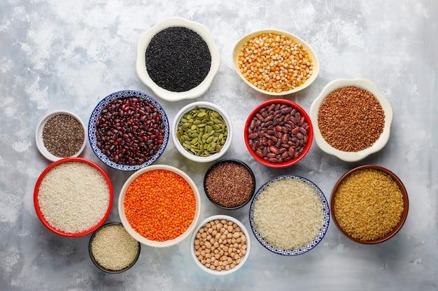 Superfoods, zaden en granen voor veganistisch en vegetarisch eten. schoon eten