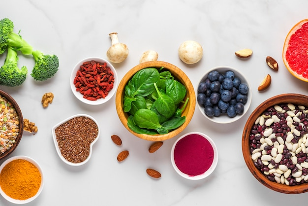 Superfoods zoals groenten, acai, kurkuma, fruit, bessen, champignons, noten en zaden. gezond veganistisch eten