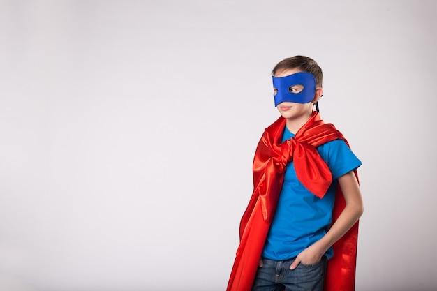 Superheld jongen in superman kostuum