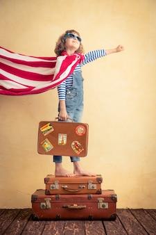 Superheld kind klaar voor een zomervakantie kind heeft plezier thuis