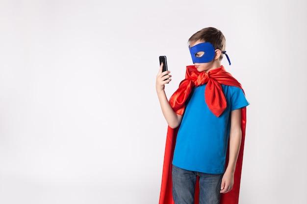 Superheld kind met behulp van mobiele telefoon