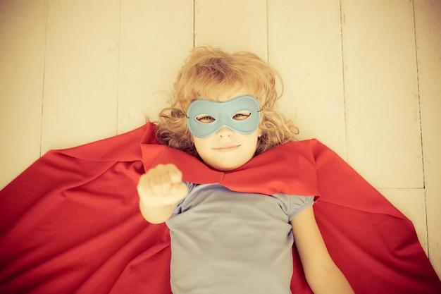 Superheld kind plezier thuis. retro getint