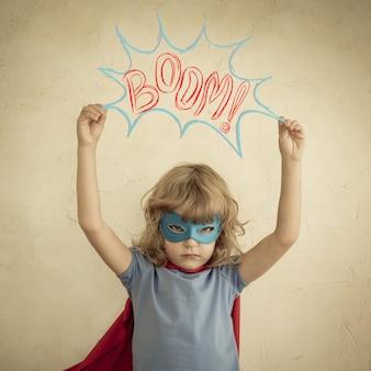 Superheld kind tegen grunge muur achtergrond