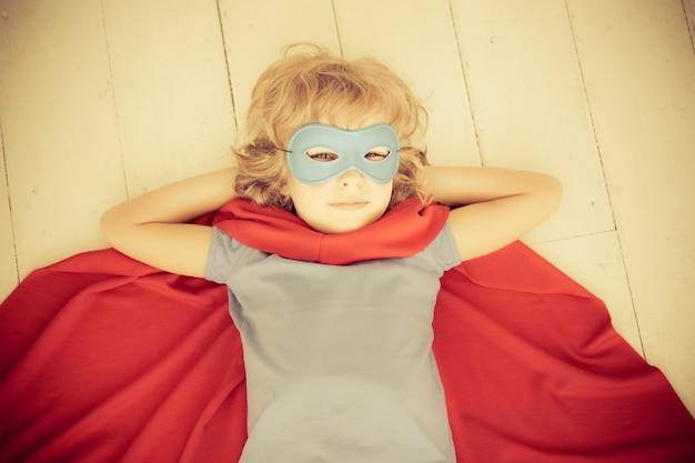 Superheld kind thuis. retro getint