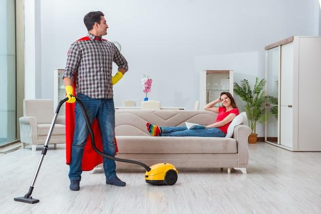 Superheld man helpt zijn vrouw thuis
