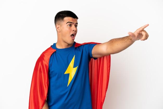 Superheld over geïsoleerde witte achtergrond die wegwijst