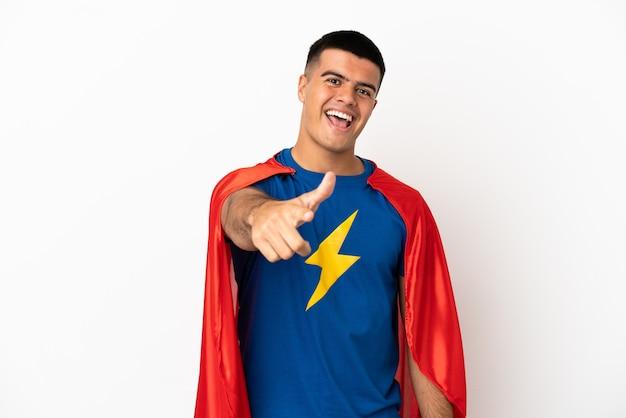 Superheld over geïsoleerde witte achtergrond met duimen omhoog omdat er iets goeds is gebeurd