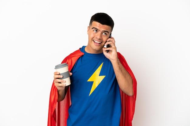 Superheld over geïsoleerde witte achtergrond met koffie om mee te nemen en een mobiel