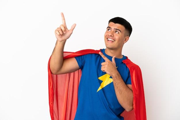 Superheld over geïsoleerde witte achtergrond wijzend met de wijsvinger een geweldig idee