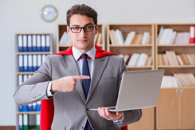 Superheld zakenman werken op kantoor