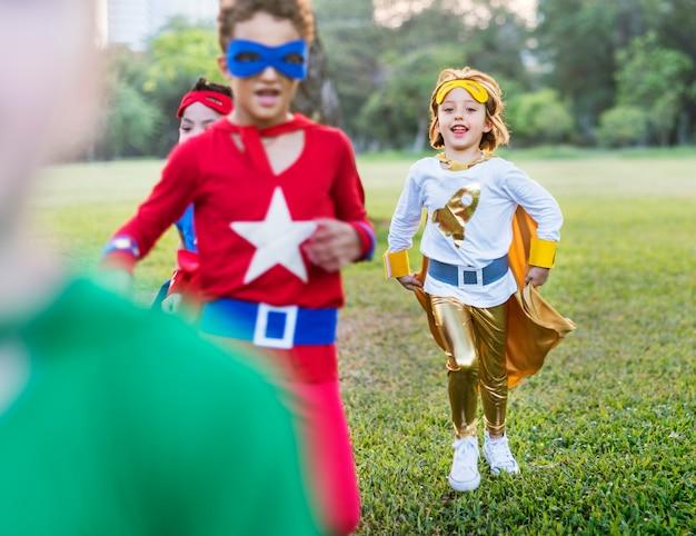 Superhelden vrolijke jonge geitjes die positiviteitsconcept uitdrukken