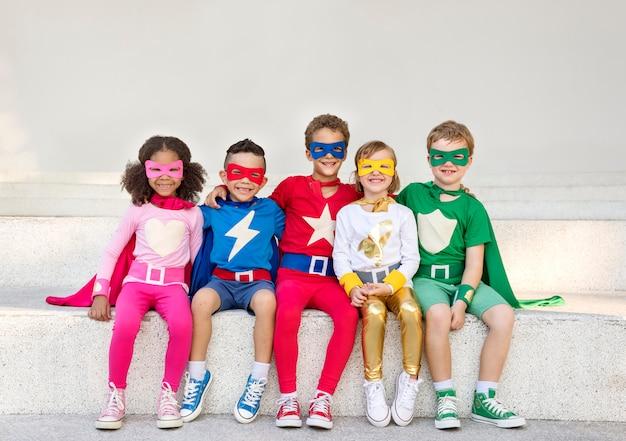 Superhelden vrolijke kinderen die positiviteitsconcept uitdrukken